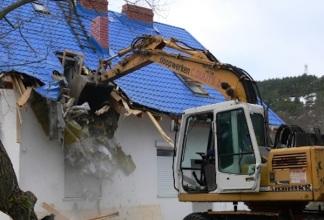 Основания и процедура сноса незаконной постройки на участке.
