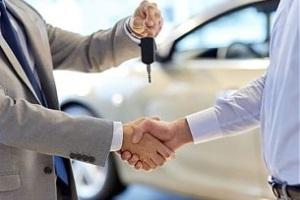 Сотрудникку принадлежит автомобиль по договору безвозмездного использования