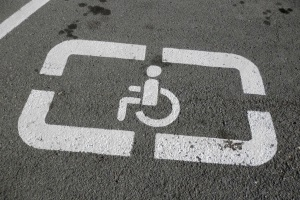 На каком расстоянии от знака парковки инвалид можно остановиться