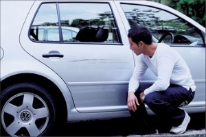 Поцарапал машину ребенок или неизвестный воспользовался гвоздем