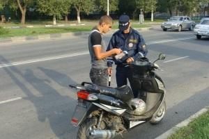 Нужны ли водительские права, для езды на скутере и мопеде в России?