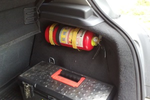Где должен лежать огнетушитель в машине