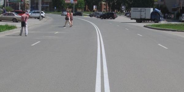 Двойная сплошная линия разметки на дороге.